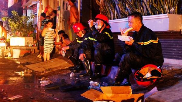 Cảnh sát PCCC ướt đầm, ngồi bệt ăn bánh mì sau vụ cháy kho ở Sài Gòn