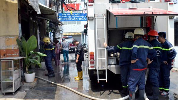 Cứu cụ ông 70 tuổi mắc kẹt trong đám cháy lớn ở Sài Gòn