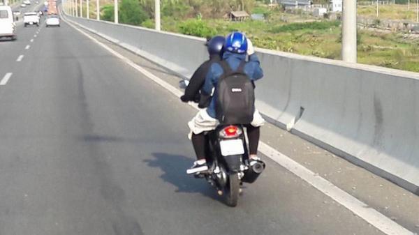 Hai thanh niên xe máy không hiểu tại sao lại thong dong ngắm cảnh trong cao tốc TP HCM - Dầu Giây