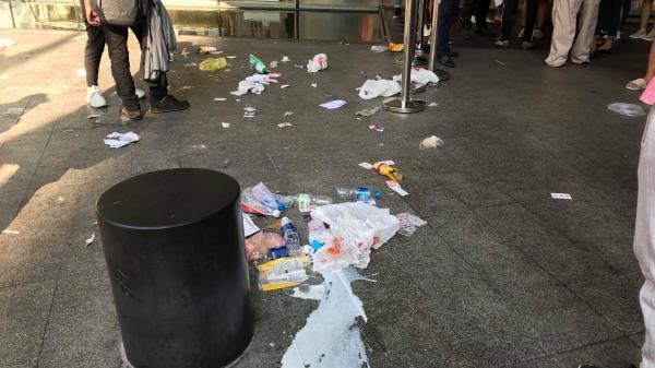 Ngao ngán cảnh vỏ túi nilon, chai nhựa... la liệt sau đêm xếp hàng canh mua giày Adidas của các bạn trẻ ở Sài Gòn