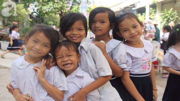 Lớp học tình thương của 200 em nhỏ sáng đi học, chiều đi bắt ốc, bán vé số giữa Sài Gòn