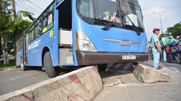 Container xuống dốc cầu tông trúng xe buýt chuẩn bị trả khách