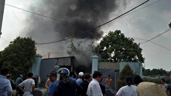 Xưởng vải bốc cháy ngùn ngụt ở Sài Gòn