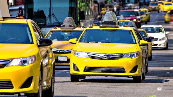 Cố ý trả nhầm tiền taxi rồi chạy đi, tài xế đuổi theo, cô gái nói 2 câu khiến anh phát khóc