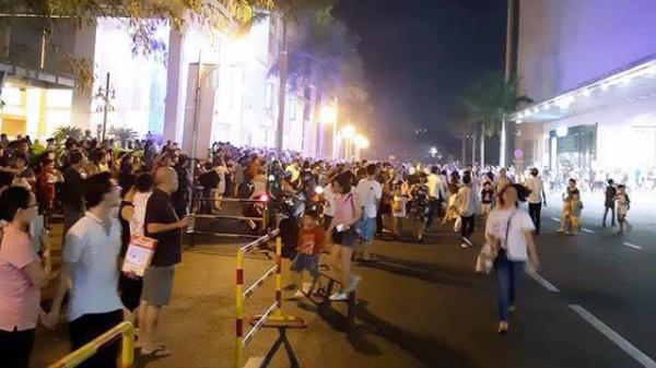 Hàng nghìn người dân đang mua sắm ở Crescent Mall Sài Gòn hốt hoảng tháo chạy ra bên ngoài khi nghe chuông báo cháy