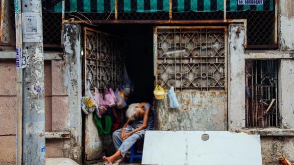 Chuyện của ngoại Liên cô đơn: Sống nhờ vào tình thương hàng xóm để cưu mang những con vật cơ nhỡ giữa Sài Gòn
