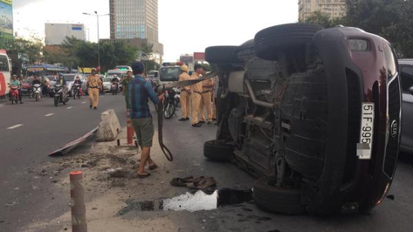 TP.HCM: Xe ô tô lật ngang giữa đường sau khi mất lái tông trúng dải phân cách, tài xế bò ra khỏi xe kêu cứu