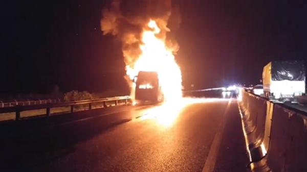 Xe khách Phương Trang bốc cháy ngùn ngụt trên cao tốc TP.HCM - Trung Lương