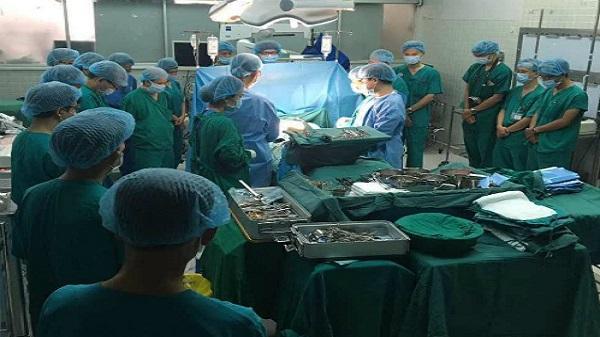 Bác sĩ cúi đầu tri ân thiếu nữ chết não hiến tạng cứu người