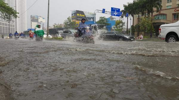 Nhiều tuyến đường Sài Gòn ngập nặng, xe chết máy hàng loạt