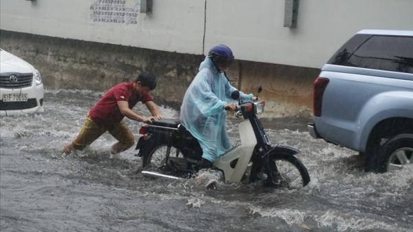 Đường Nguyễn Hữu Cảnh ngập sâu, người xe lội nước