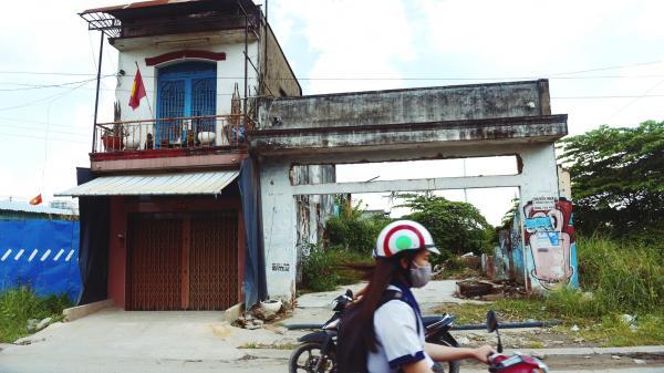 Người dân bám trụ Thủ Thiêm sống trơ trọi giữa những căn nhà đổ nát