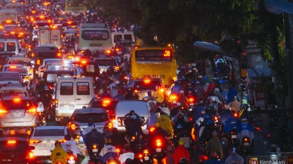 Cửa ngõ sân bay Tân Sơn Nhất ngập nước và kẹt xe kinh hoàng sau mưa lớn, người dân chôn chân hàng giờ đồng hồ