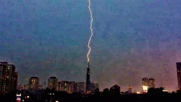 Ấn tượng: Sét đánh trực diện vào tòa nhà cao tầng, xé toạc bầu trời Sài Gòn chiều qua