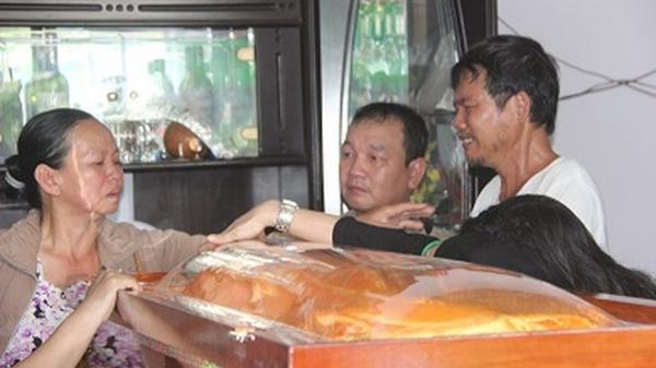Gia đình, làng xóm đau đớn đón linh cữu 'hiệp sĩ' Sài Gòn