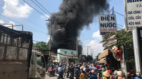Cháy lớn ở cơ sở sản xuất thùng xốp ở Sài Gòn, người dân tháo chạy tán loạn