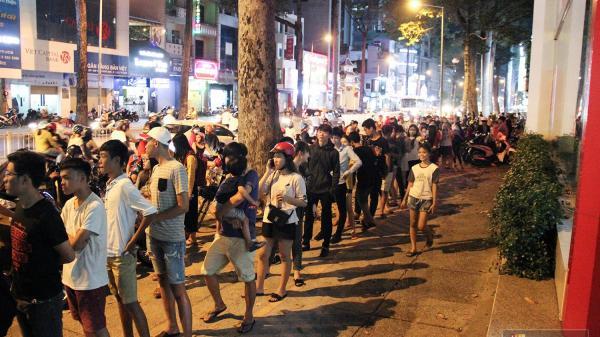 Hàng sữa tươi trân châu đường đen xếp hàng dài kinh hoàng ở Sài Gòn mấy ngày nay