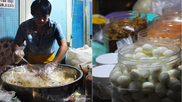 Ăn gì 'chất' như bánh tráng trộn nghệ sĩ ở Sài Gòn
