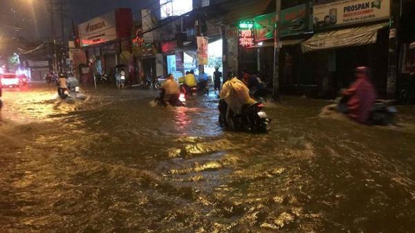 Mưa sầm sập ở Sài Gòn trong nhiều giờ, đường lại thành 'sông'