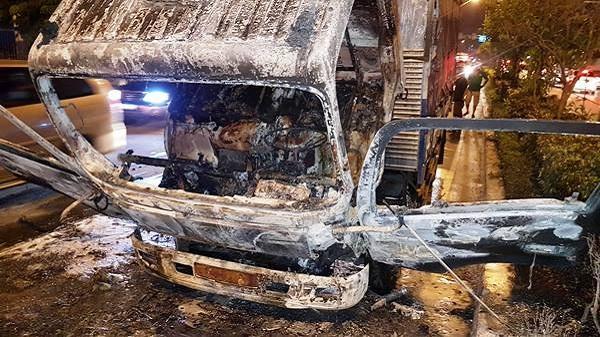 TP.HCM: Cháy xe ngùn ngụt trên đường Cộng Hòa