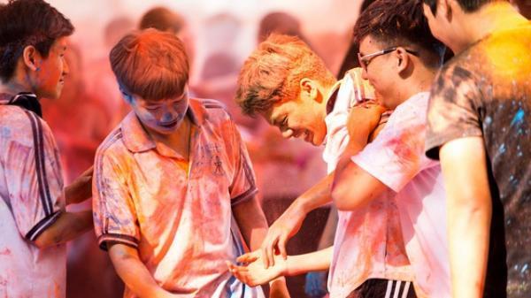 """Đại tiệc teen 12 Trần Đại Nghĩa: Ném bột màu vào nhau, quậy tung trường để nói lời tạm biệt đúng chất """"nhất quỷ nhì ma"""""""