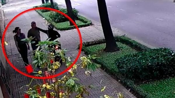 Clip: Nhân viên Tổng Lãnh sự quán Nga tại TP. HCM bị giật dây chuyền khi đi bộ