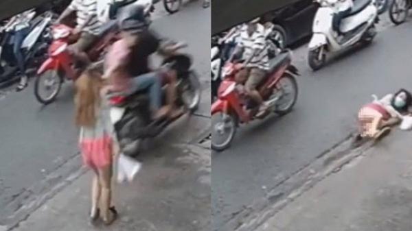 Clip: Cướp giật dây chuyền làm cô gái ngã sấp mặt trên vỉa hè Sài Gòn