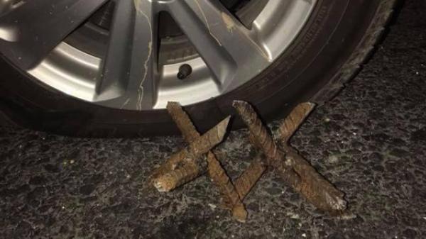 """Hàng loạt những """"bông hoa sắt"""" có thể chọc thủng lốp ô tô xuất hiện trên đường khiến cánh tài xế hoang mang"""