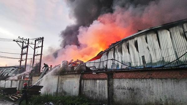 Quận 12: Cháy dữ dội 2 công ty trong KCN Quang Trung