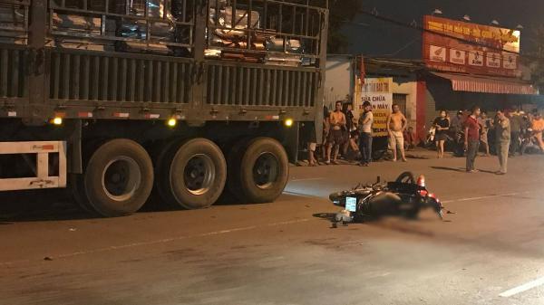 Người thân khóc ngất ôm t.hi thể người đàn ông bị xe đầu kéo cán t.ử vong thương tâm ở vùng giáp ranh Sài Gòn