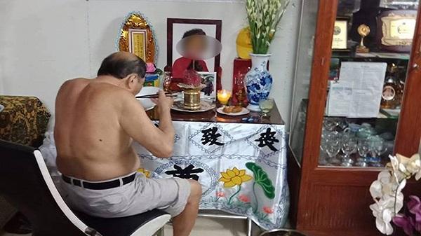 Cụ ông 86 tuổi ở Sài Gòn ngày nào cũng ngồi ăn cơm bên di ảnh người vợ đã khuất, biết được lý do khiến ai cũng chết lặng