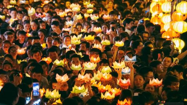 Hàng nghìn người Sài Gòn chen chân thả hoa đăng trên kênh Nhiêu Lộc mừng đại lễ Phật đản
