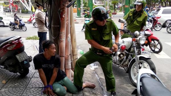Hai tên cướp giật túi xách của nữ du khách giữa trung tâm Sài Gòn