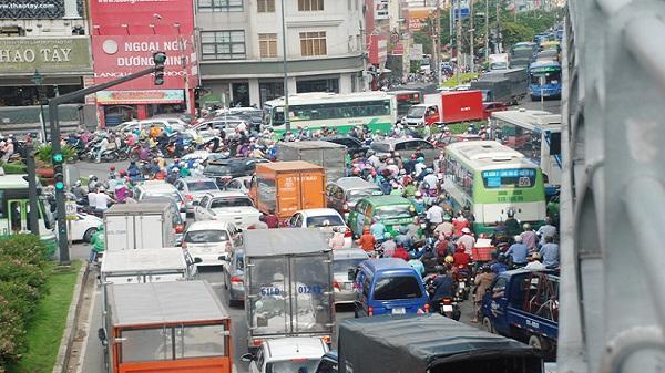 Cửa ngõ Tân Sơn Nhất lại kẹt xe kinh hoàng từ sáng đến trưa