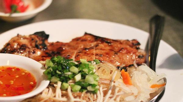 Sài Gòn hay lắm: Cơm tấm bãi rác - vừa ăn vừa