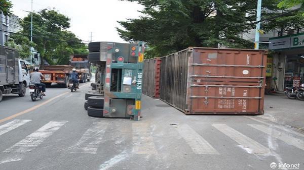 TP.HCM: Xe container lật giữa đường, nhiều người hoảng sợ