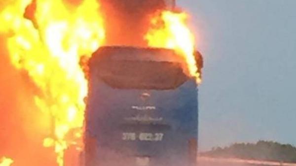 Xe khách chạy hướng Bắc - Nam bốc cháy ngùn ngụt sau tiếng nổ, hàng chục hành khách hoảng loạn
