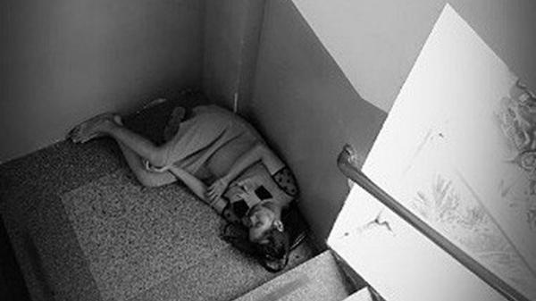 Mẹ bầu trẻ co ro nằm ngủ nơi góc cầu thang bệnh viện Từ Dũ - bức ảnh khiến bao người cảm động rơi nước mắt