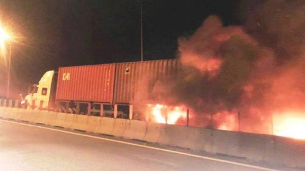 Xe khách bốc cháy trên cao tốc TP.HCM - Long Thành - Dầu Giây, 2 người tử vong