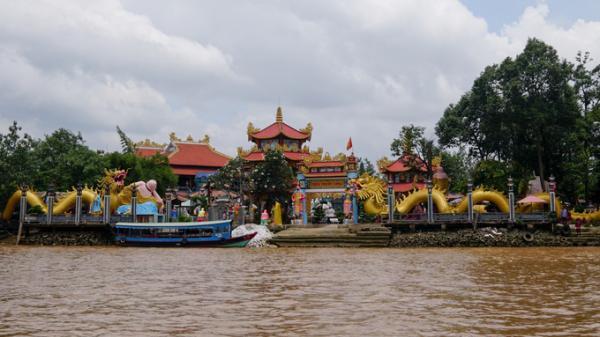 Ngôi chùa nằm giữa cù lao sông, phục vụ cơm chay miễn phí ở Sài Gòn