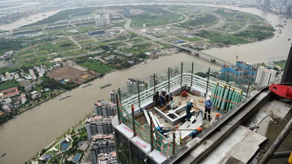 Cảnh thi công trên đỉnh tòa nhà cao nhất Sài Gòn