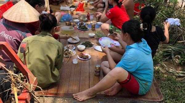 Phú Thọ: Người dân vẫn phải ăn uống ngoài đường để khắc phục hậu quả cơn lũ