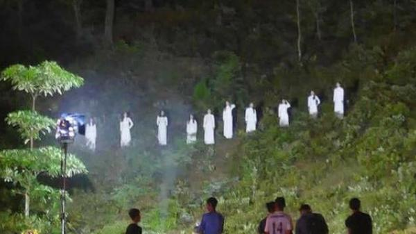 Hình ảnh 10 cô gái mặc đồ trắng trong chương trình lễ kỷ niệm Ngã ba Đồng Lộc gây tranh cãi