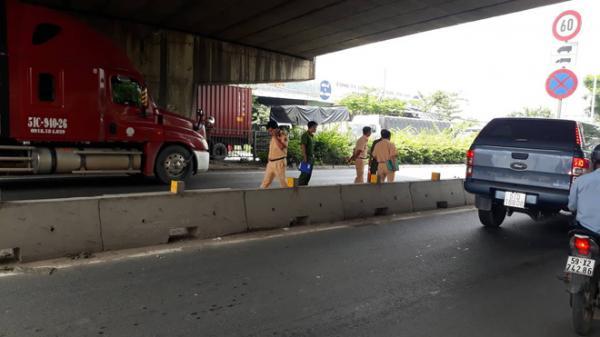 TP.HCM: Chạy vào làn ô tô, thanh niên bị xe container cán qua đầu tử vong, quốc lộ 1A ùn ứ