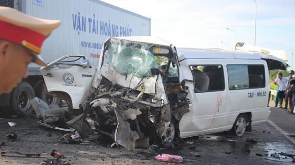 Hiện trường kinh hoàng vụ tai nạn xe khách 16 chỗ với xe đầu kéo BKS TPHCM khiến chú rể và 12 người đi rước dâu tử vong