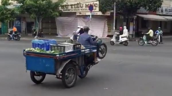 Clip: Thanh niên bán trái cây bốc đầu xe ba gác qua ngã tư Sài Gòn gây xôn xao MXH