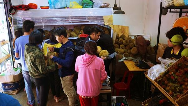 Chuyện lạ ở Sài Gòn: Đội nắng xếp hàng mua sầu riêng, ăn xong phải trả lại hạt để lấy tiền cọc