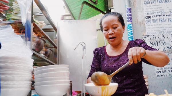 Khách sành ăn 'giật mình' với bánh canh cua vỉa hè giá 300.000 đồng ở Sài Gòn