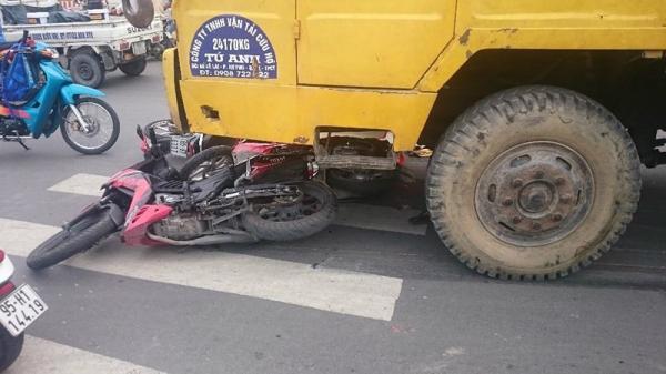 Xe cứu hộ tông 3 xe máy chờ đèn xanh, bé trai 6 tuổi tử vong