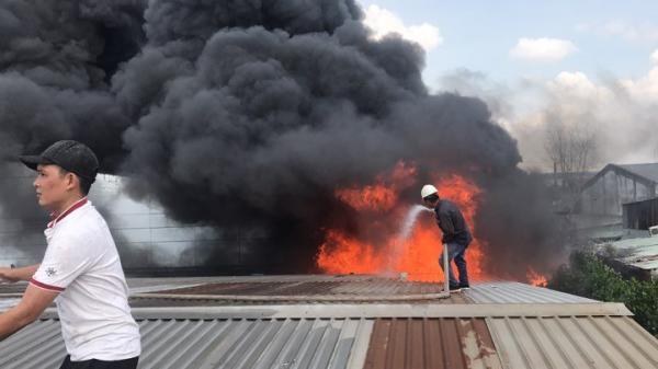 Cháy dữ dội khu công nghiệp ở Sài Gòn, khói đen bốc ngùn ngụt